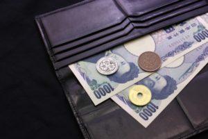 財布から出ている千円札と小銭