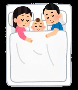 川の字で布団に寝る親子三人