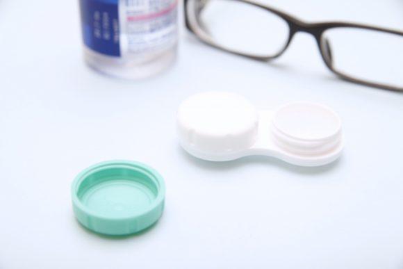 コンタクトレンズの容器とメガネ