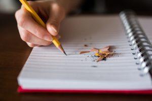 鉛筆でノートに勉強中
