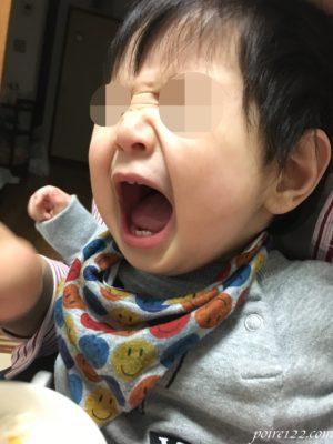 9ヶ月息子 食べ物をくれ!の様子