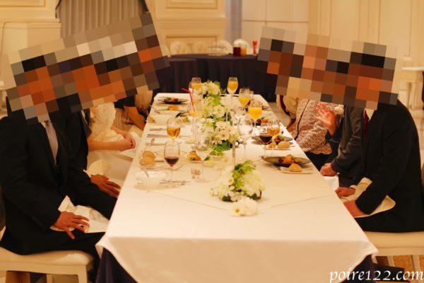 会食でゲストと新郎新婦がテーブルで食事している様子