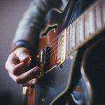 ギターを弾く手元