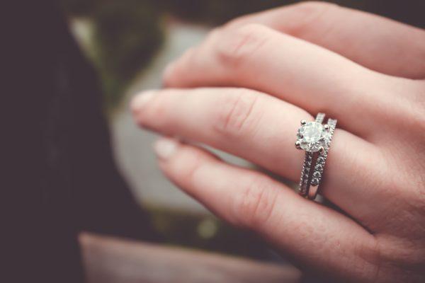 婚約指輪と結婚指輪をつけた女性の手