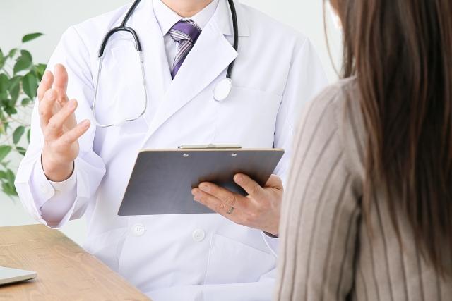 患者に説明する医者