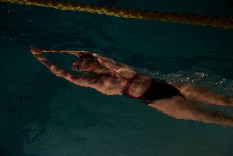 水泳をする人