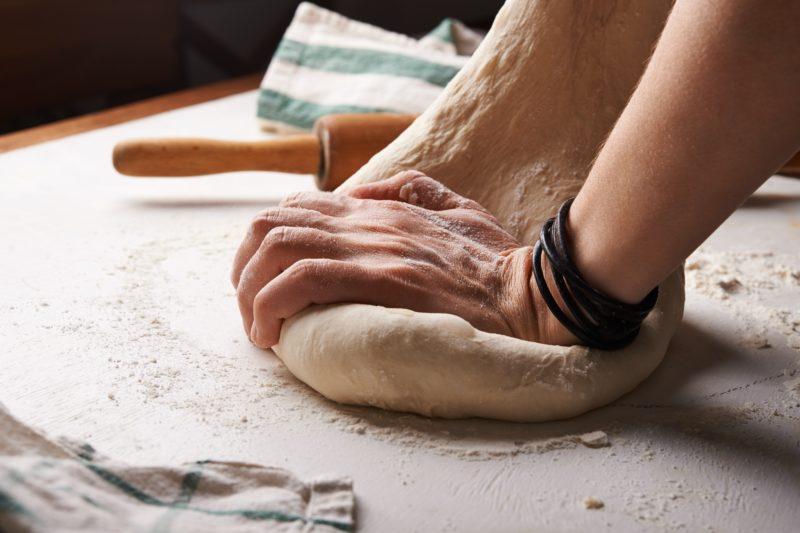 パンを捏ねる